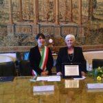 Tamara Chikunova riceve un riconoscimento a Ferrara (2015)